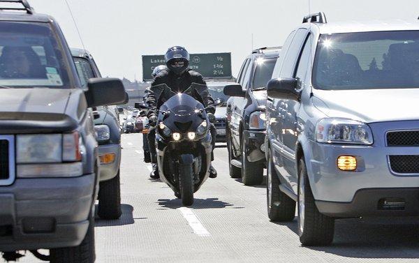 Wer zwischen Autos hindurch fährt, sollte dies unbedingt vorsichtig tun